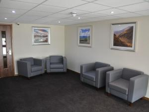 The lobby or reception area at Raglan Lodge
