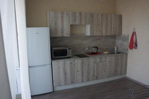 A kitchen or kitchenette at Авиаторов 21