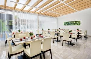 A restaurant or other place to eat at Sercotel Alcalá 611