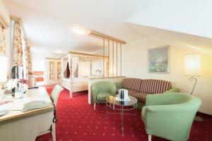 Ein Sitzbereich in der Unterkunft Hotel Seeblick