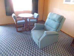 A seating area at Tristar Inn Xpress