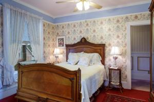 A bed or beds in a room at Roseberry House Bed & Breakfast