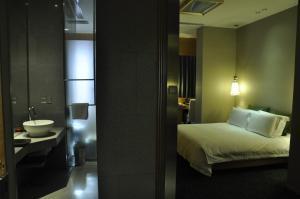 A bathroom at Royal Tulip Luxury Hotel Carat - Guangzhou