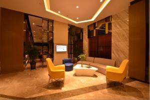 The lobby or reception area at Holiday Inn Express Lhasa Potala Palace