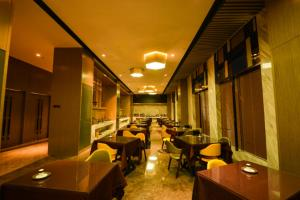 A restaurant or other place to eat at Holiday Inn Express Lhasa Potala Palace