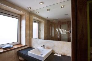 A bathroom at Rochestown Park Hotel