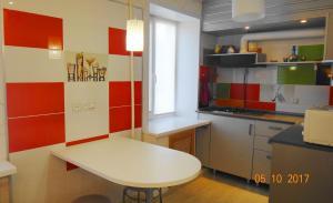 A kitchen or kitchenette at Apartment on Novgorodskaya 15