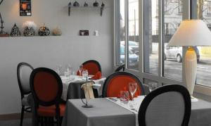 A restaurant or other place to eat at Les Capucins
