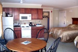 A kitchen or kitchenette at Townsend Manor Inn
