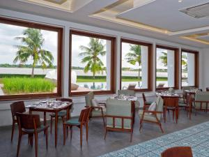 A restaurant or other place to eat at The Bale Phnom Penh Resort