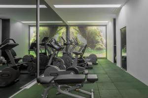The fitness centre and/or fitness facilities at DoubleTree by Hilton Lisbon Fontana Park