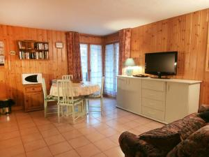 A television and/or entertainment center at Apartment Les Jardins Alpins-4