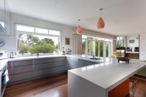 A kitchen or kitchenette at Sunseeker House