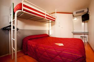 A bunk bed or bunk beds in a room at Premiere Classe Compiegne - Jaux