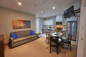 A seating area at Wasaga Riverdocks Hotel Suites