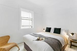 A bed or beds in a room at Bondi Beach Breeze - A Bondi Beach Holiday Home