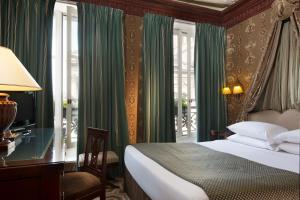 A bed or beds in a room at Hôtel des Grands Hommes