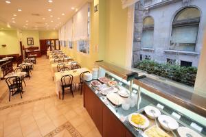 Un restaurante o sitio para comer en Regencia Colón