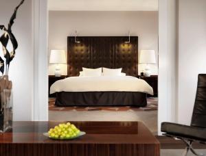 A bed or beds in a room at Hyatt Regency Köln
