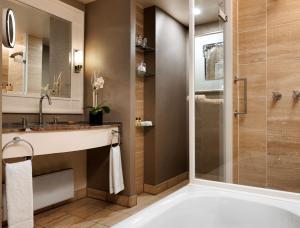 A bathroom at Hyatt Regency Köln