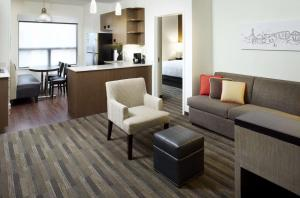 A seating area at HYATT House Pittsburgh-South Side