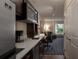 A kitchen or kitchenette at TownePlace Suites by Marriott Charleston Mt. Pleasant