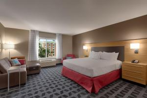 A bed or beds in a room at TownePlace Suites by Marriott Charleston Mt. Pleasant