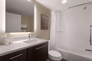A bathroom at TownePlace Suites by Marriott Charleston Mt. Pleasant