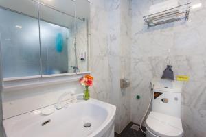 A bathroom at Bella Rosa Suite Hotel & Spa