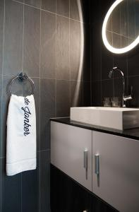 A bathroom at De Jonker Urban Studios & Suites