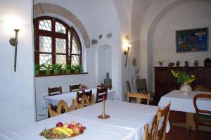Restauracja lub miejsce do jedzenia w obiekcie Zamek w Czernej