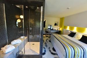 A bathroom at Hotel Pont Levis - Franck Putelat