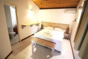A bed or beds in a room at Pousada Vila Marraro