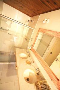 A bathroom at Pousada Vila Marraro