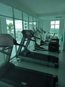 The fitness centre and/or fitness facilities at Penang Comfort Suite