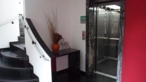 Uma TV ou centro de entretenimento em Platinum Hotel