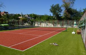 Tennis and/or squash facilities at Dallas Residence Suites or nearby