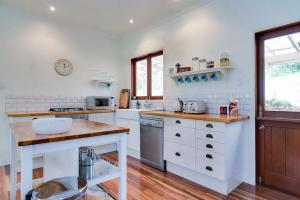 A kitchen or kitchenette at Big Love - Byron Bay Hinterland
