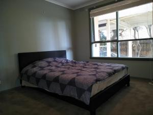 A bed or beds in a room at 6 Bedrooms/9 Beds Huge House City+Park Views Beach