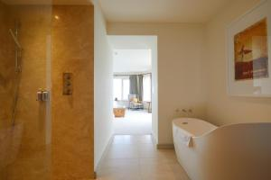 A bathroom at The Lewinnick Lodge
