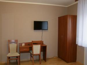 A television and/or entertainment center at Pokoje Gościnne