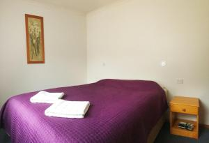A bed or beds in a room at Silver Ridge Retreat