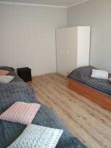 A bed or beds in a room at Apartament BJ