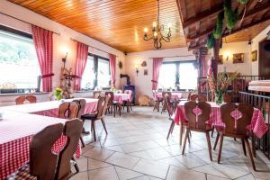 Ein Restaurant oder anderes Speiselokal in der Unterkunft Hotel Bergstation Schmeddnalm
