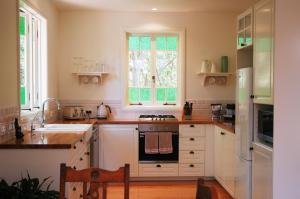 A kitchen or kitchenette at Sweet Love - Byron Bay Hinterland