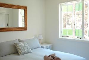 A bed or beds in a room at Sweet Love - Byron Bay Hinterland