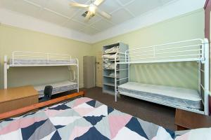A bunk bed or bunk beds in a room at Victoria Park Lodge