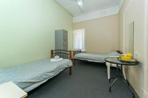 A bed or beds in a room at Victoria Park Lodge
