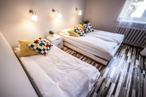 Łóżko lub łóżka w pokoju w obiekcie Bi-Pi Hostel