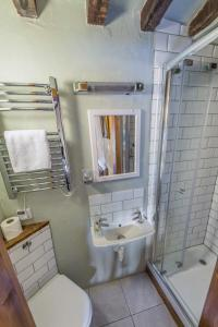 A bathroom at Meadow Cottage Guest House